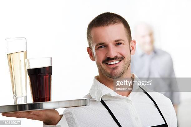 ウェイターまたはサーバーの保持トレイにお飲み物