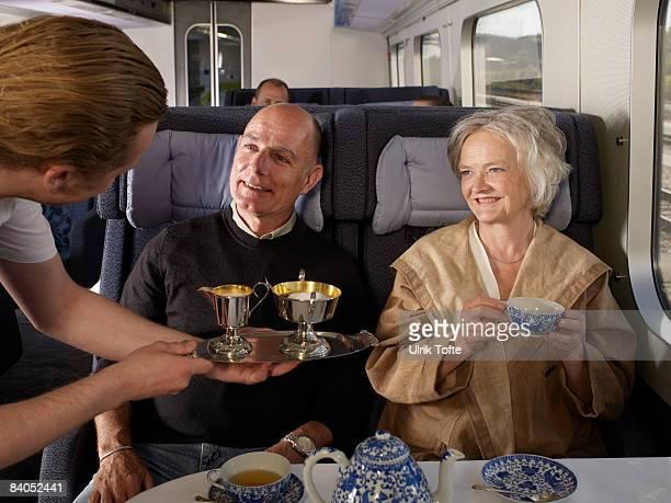 Cameriere che serve coppia in treno