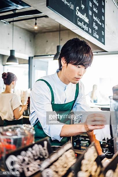 ウェイターで働くカフェ」があります。