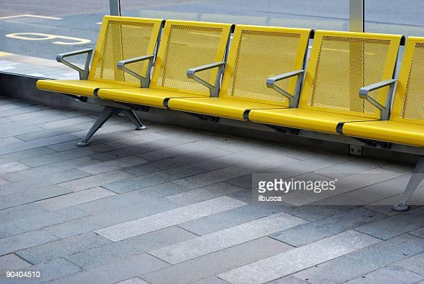 Espera silla en la parada de autobús