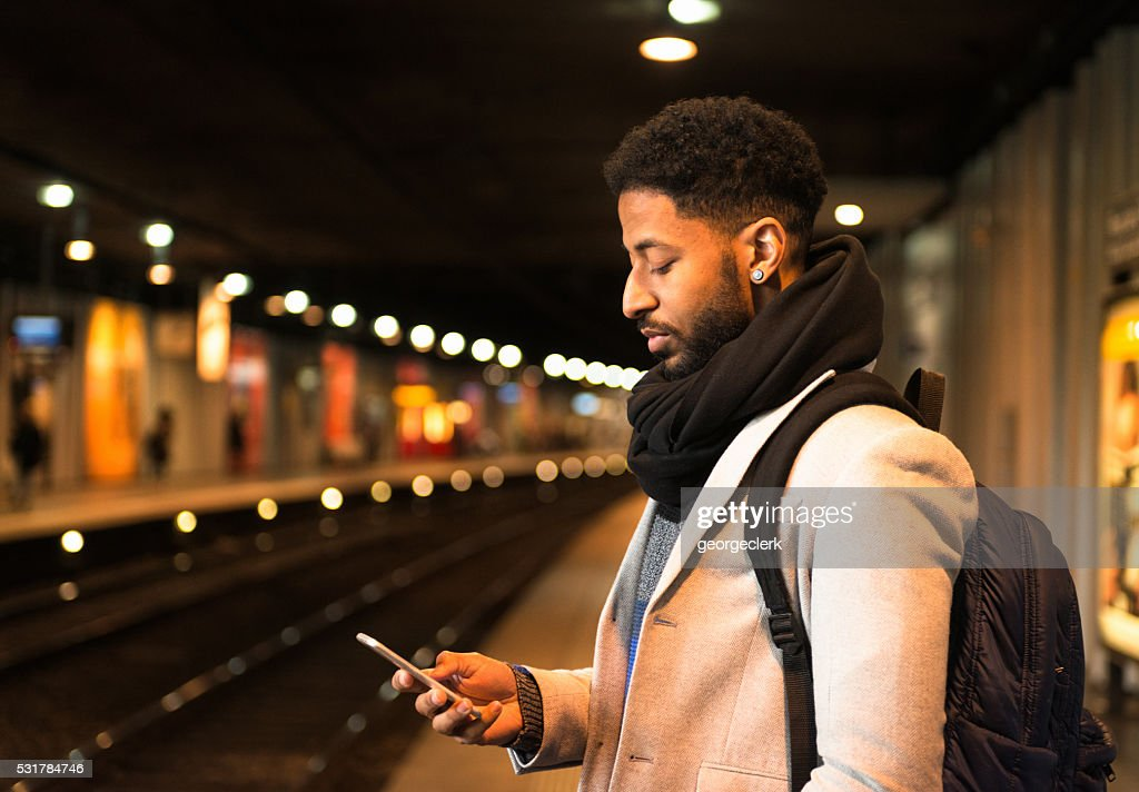 Warten auf einen Zug in der U-Bahn-Plattform : Stock-Foto