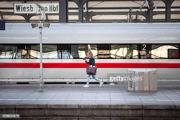 ICE-Zug warten weiblichen Passagier