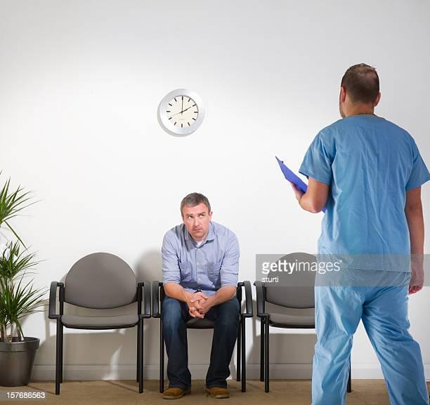 Attente homme s'actualités de chirurgien