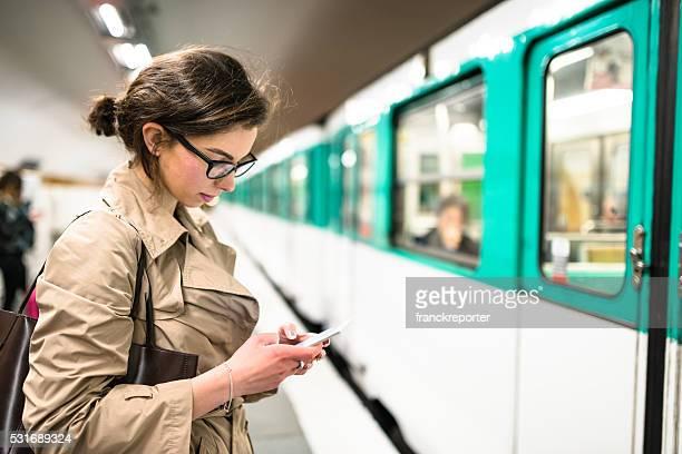 列車にてパリ市内の地下鉄駅