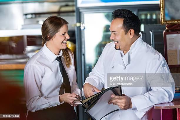 Küchenchef in restaurant Kellnerin und lachen zusammen