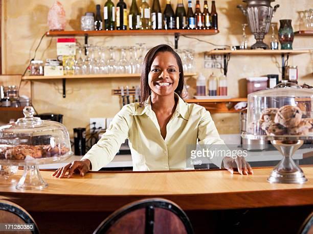 Serveuses derrière le comptoir au restaurant