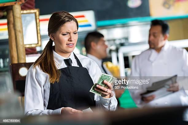 ウェイトレスのテックスメックスレストラン「がっかり顧客からの小型こて先