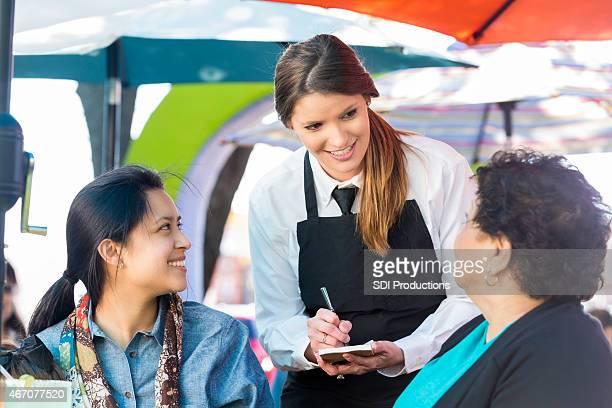 Serveus'en restaurant Tex-Mex à la demande des clients