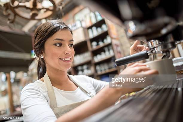 Kellnerin Kaffee in einem Café,