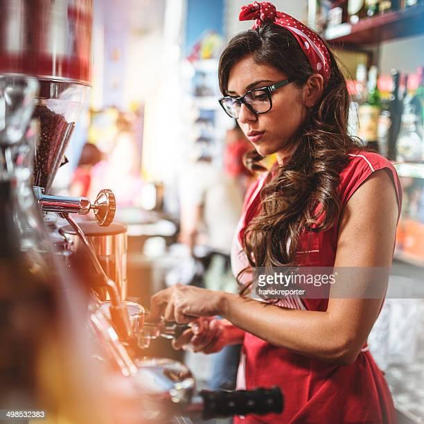 Camarera preparar café en la barra