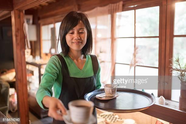 ウェイトレス 1杯のコーヒーをお出しする