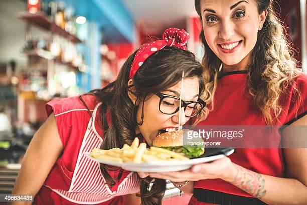 Kellnerin serviert ein hamburger mit Pommes frites