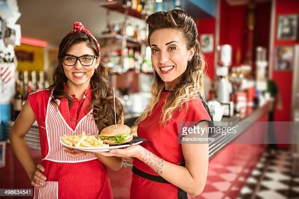 Serveuse servir un hamburger avec des frites