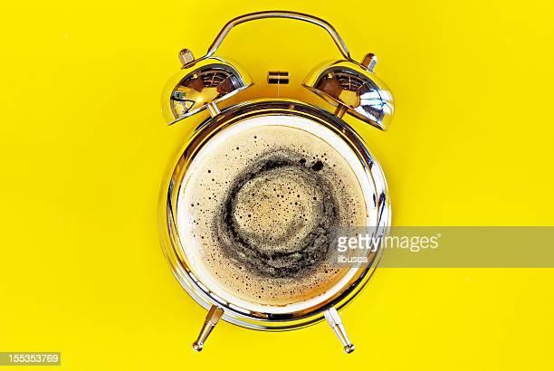 Despierte con un café de alarma concepto
