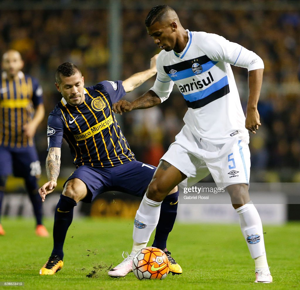 Walace of Gremio (R) fights for the ball with Jose Luis Fernandez of Rosario Central (L) during a second leg match between Rosario Central and Gremio as part of Copa Bridgestone Libertadores 2016 as part of round of 16 of Copa Bridgestone Libertadores 2016 at Gigante de Arroyito Stadium on May 05, 2016 in Rosario, Argentina.
