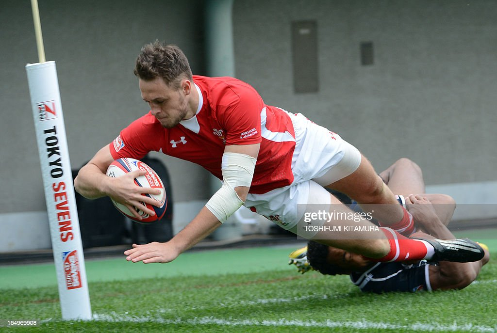 Wales' Cory Allen (L) dives to score a try while US Nick Edwards (R) tackles during their rugby sevens world series, Tokyo Sevens 2013 match in Tokyo on March 30, 2013. USA beat Wales by 24-22.