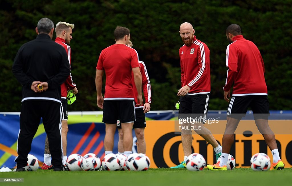 Wales' defender James Collins (2R) takes part in a training session in Dinard, France on June 30, 2016 during the Euro 2016 football tournament. Wales take on Belgium in Lille on July 01. / AFP / PAUL