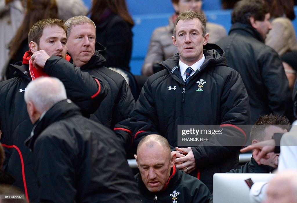 Wales' flanker Ryan Jones (L) and head coach Rob Howley (R) are pictured before the Six Nations Rugby Union match between France and Wales at the Stade de France on February 9, 2013 in Saint-Denis, north of Paris. AFP PHOTO / FRANCK FIFE / AFP / Franck FIFE