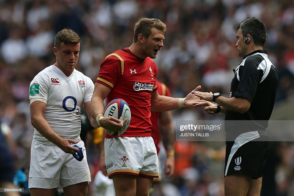 Wales' fly half Dan Biggar (C) remonstrates with referee Marius Mitrea (R) after England's number 8 Jack Clifford scored a try during the international rugby union match between England and Wales at Twickenham Stadium in west London on May 29, 2016. / AFP / JUSTIN