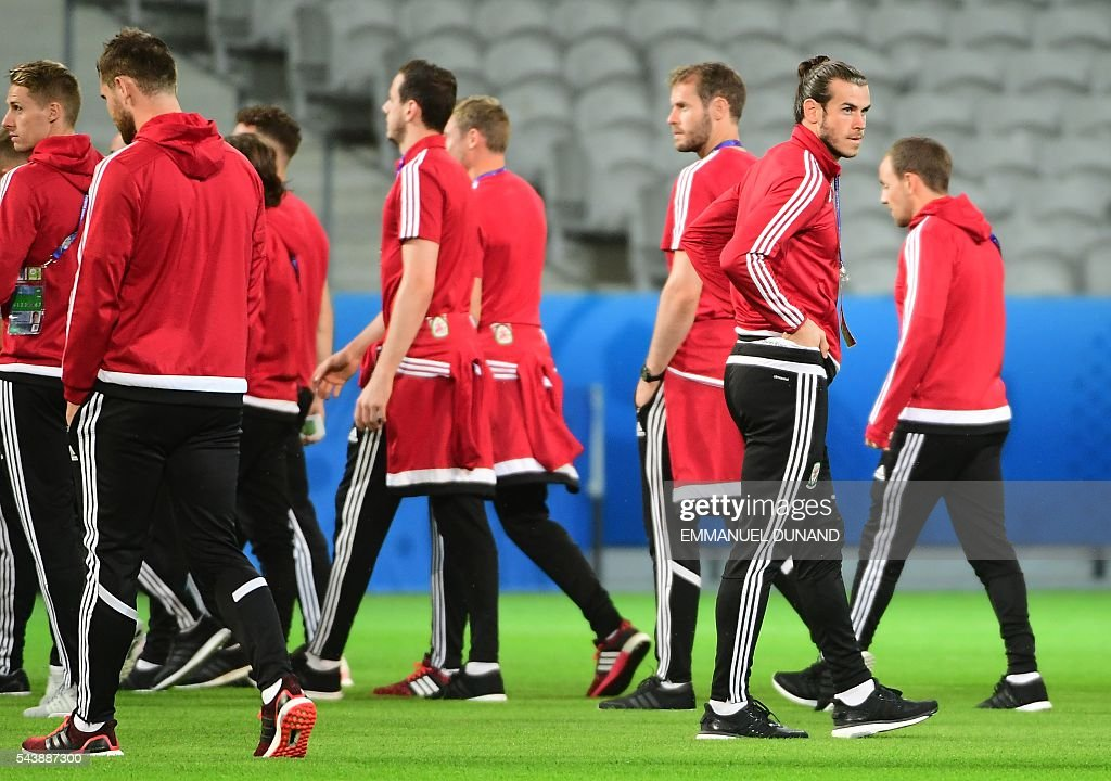 Wales' forward Gareth Bale and teammates walk around the Pierre-Mauroy stadium ahead of the match between Wales and Belgium during the Euro 2016, in Villeneuve-d'Ascq near Lille on June 30, 2016. / AFP / EMMANUEL