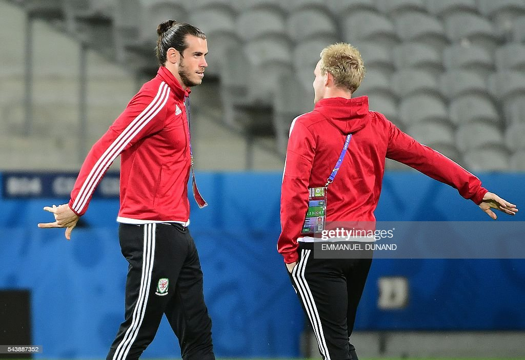 Wales' forward Gareth Bale (L) and Wales' midfielder Jonathan Williams walk around the Pierre-Mauroy stadium ahead of the match between Wales and Belgium during the Euro 2016, in Villeneuve-d'Ascq near Lille on June 30, 2016. / AFP / EMMANUEL