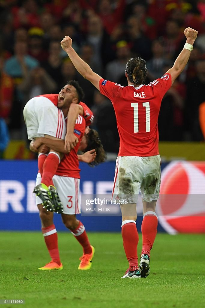 Wales' forward Gareth Bale celebrates with team mates after the Euro 2016 quarter-final football match between Wales and Belgium at the Pierre-Mauroy stadium in Villeneuve-d'Ascq near Lille, on July 1, 2016. Wales won the match 3-1. / AFP / PAUL