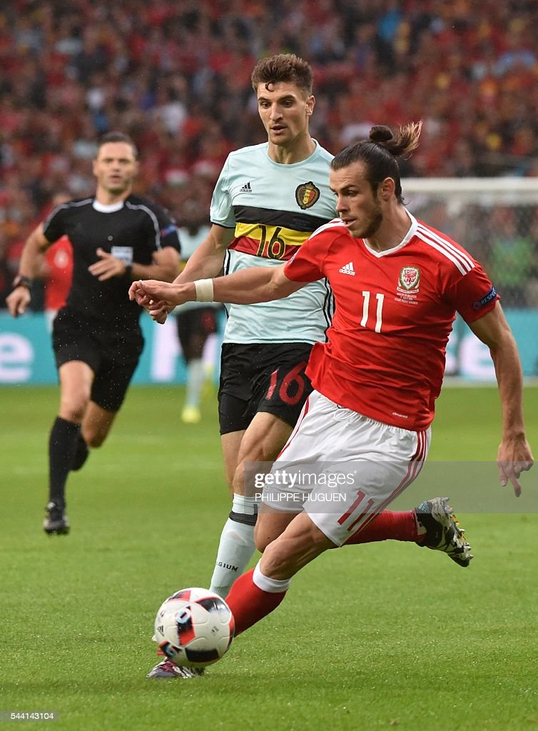 Wales' forward Gareth Bale (R) challenges Belgium's defender Thomas Meunier during the Euro 2016 quarter-final football match between Wales and Belgium at the Pierre-Mauroy stadium in Villeneuve-d'Ascq near Lille, on July 1, 2016. / AFP / PHILIPPE