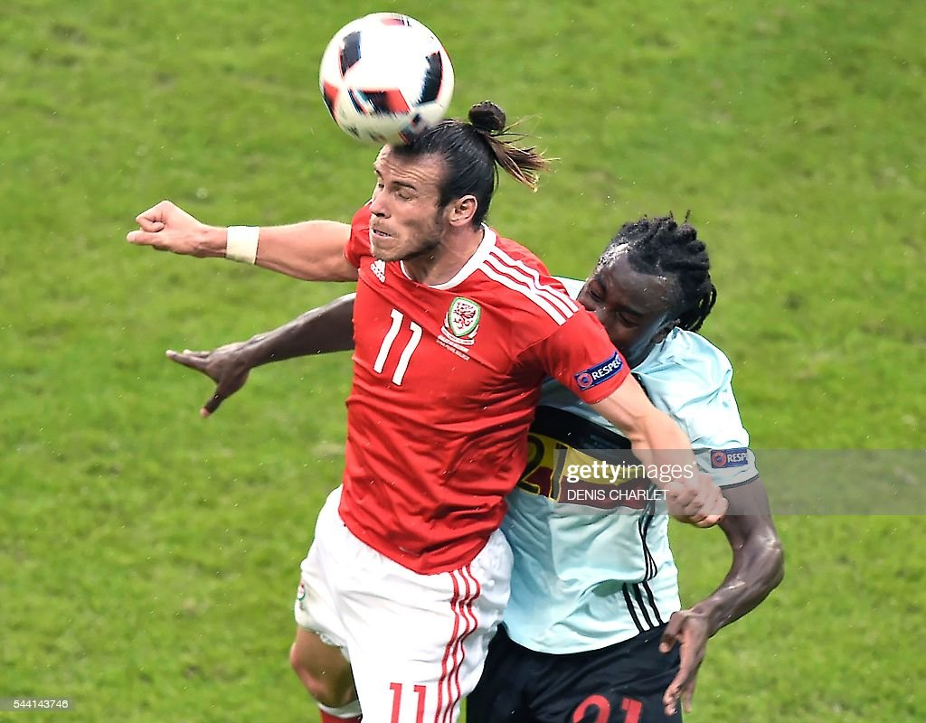 Wales' forward Gareth Bale (L) heads the ball in front of Belgium's defender Jordan Lukaku during the Euro 2016 quarter-final football match between Wales and Belgium at the Pierre-Mauroy stadium in Villeneuve-d'Ascq near Lille, on July 1, 2016. / AFP / DENIS