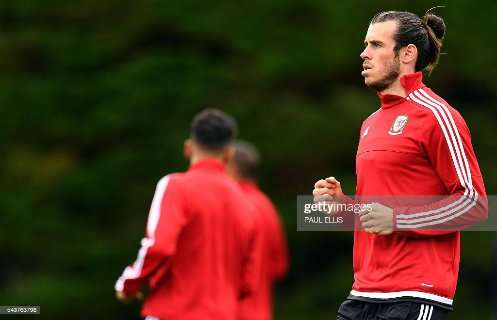 Wales' forward Gareth Bale takes part in a training session in Dinard, France on June 30, 2016 during the Euro 2016 football tournament. Wales take on Belgium in Lille on July 01. / AFP / PAUL
