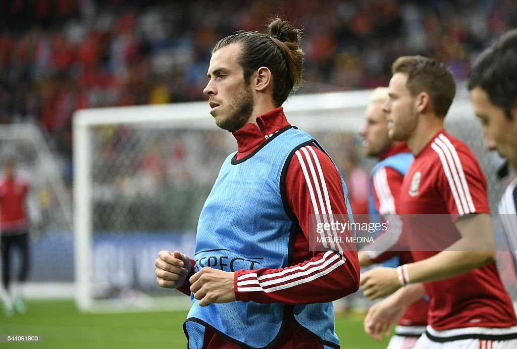 Wales' forward Gareth Bale warms up ahead of the Euro 2016 quarter-final football match between Wales and Belgium at the Pierre-Mauroy stadium in Villeneuve-d'Ascq near Lille, on July 1, 2016. / AFP / MIGUEL