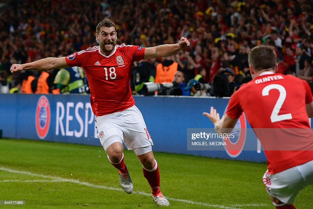 Wales' forward Sam Vokes (L) celebrates after scoring a goal during the Euro 2016 quarter-final football match between Wales and Belgium at the Pierre-Mauroy stadium in Villeneuve-d'Ascq near Lille, on July 1, 2016. / AFP / MIGUEL