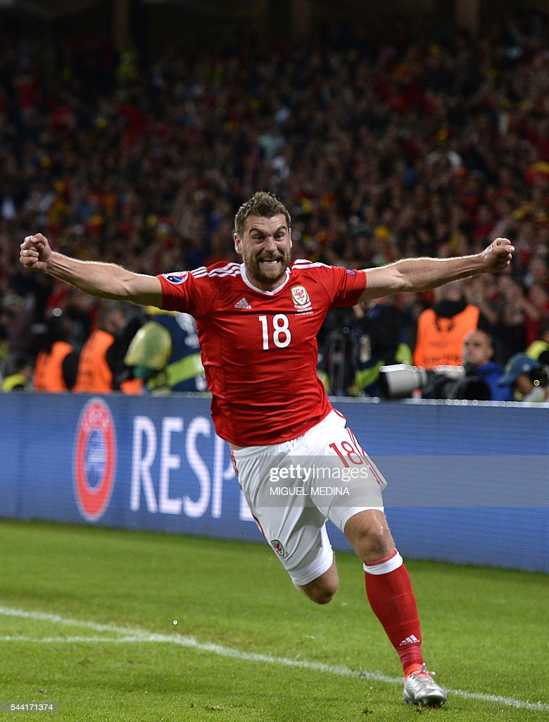 Wales' forward Sam Vokes celebrates after scoring a goal during the Euro 2016 quarter-final football match between Wales and Belgium at the Pierre-Mauroy stadium in Villeneuve-d'Ascq near Lille, on July 1, 2016. / AFP / MIGUEL