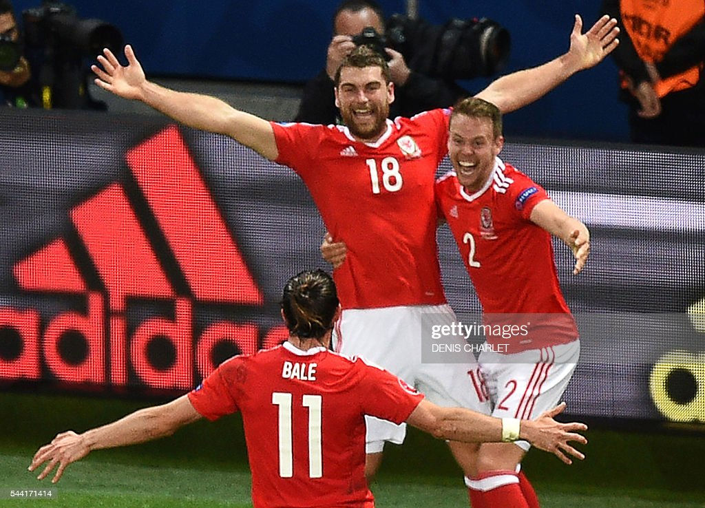 Wales' forward Sam Vokes (C) celebrates with teammates after scoring a goal during the Euro 2016 quarter-final football match between Wales and Belgium at the Pierre-Mauroy stadium in Villeneuve-d'Ascq near Lille, on July 1, 2016. / AFP / DENIS