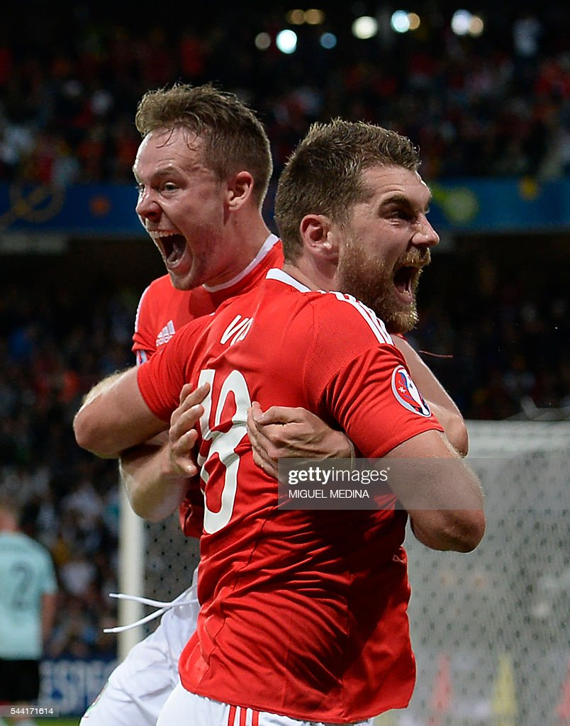 Wales' forward Sam Vokes (R) celebrates with Wales' defender Chris Gunter after scoring a goal during the Euro 2016 quarter-final football match between Wales and Belgium at the Pierre-Mauroy stadium in Villeneuve-d'Ascq near Lille, on July 1, 2016. / AFP / MIGUEL