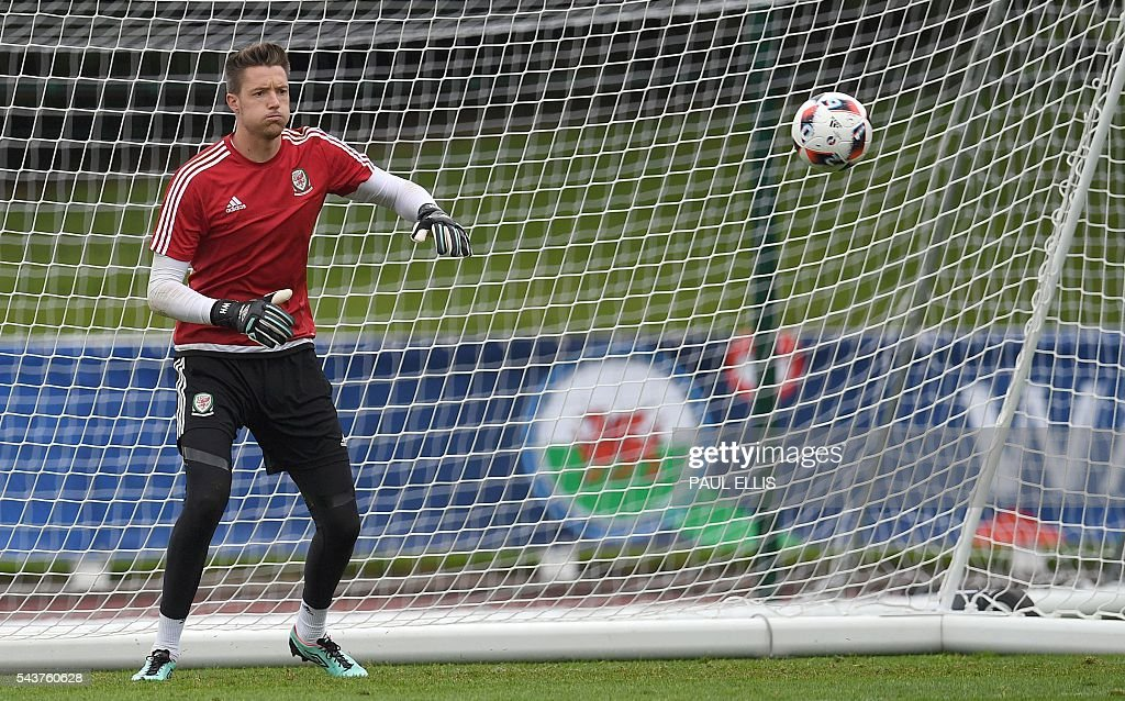 Wales' goalkeeper Wayne Hennessey takes part in a training session in Dinard, France on June 30, 2016 during the Euro 2016 football tournament. Wales take on Belgium in Lille on July 1. / AFP / PAUL