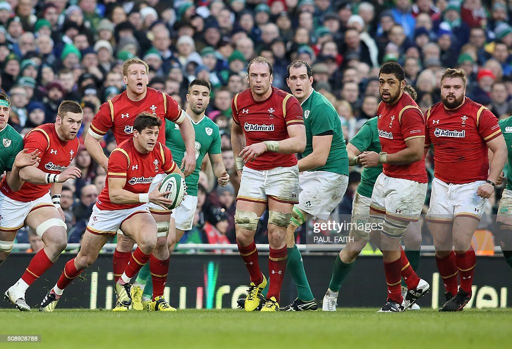 Wales' Lloyd Williams (2L) runs during the Six Nations international rugby union match between Ireland and Wales at the Aviva Stadium in Dublin, Ireland, on February 7, 2016. / AFP / PAUL FAITH