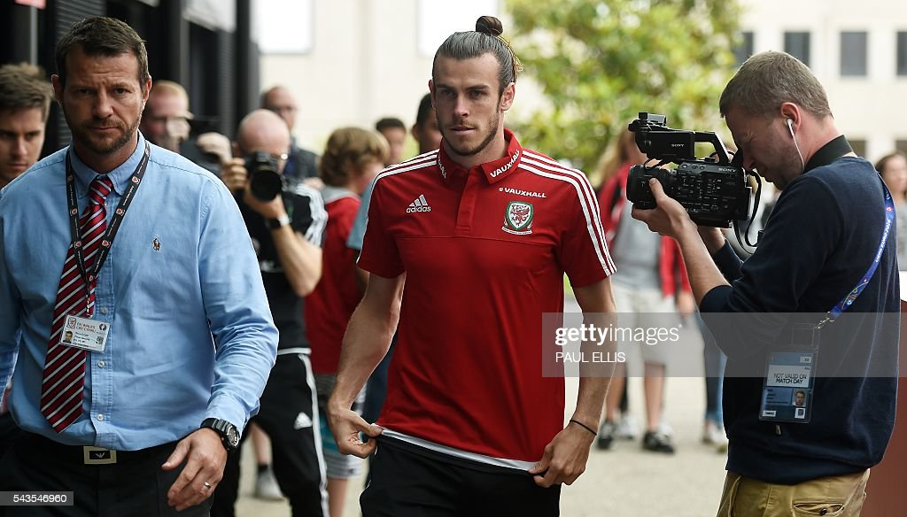 Wales' midfielder Gareth Bale arrives to attenda press conference in Dinard on June 29, 2016 during the Euro 2016 football tournament. / AFP / PAUL