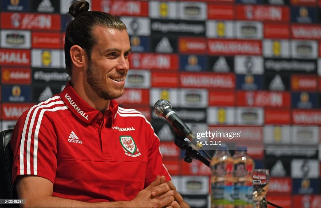 Wales' midfielder Gareth Bale speaks during a press conference in Dinard on June 29, 2016 during the Euro 2016 football tournament. / AFP / PAUL