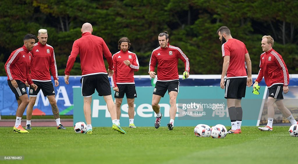 Wales' midfielder Gareth Bale takes part in a training session in Dinard, France on June 30, 2016 during the Euro 2016 football tournament. Wales take on Belgium in Lille on July 1. / AFP / PAUL