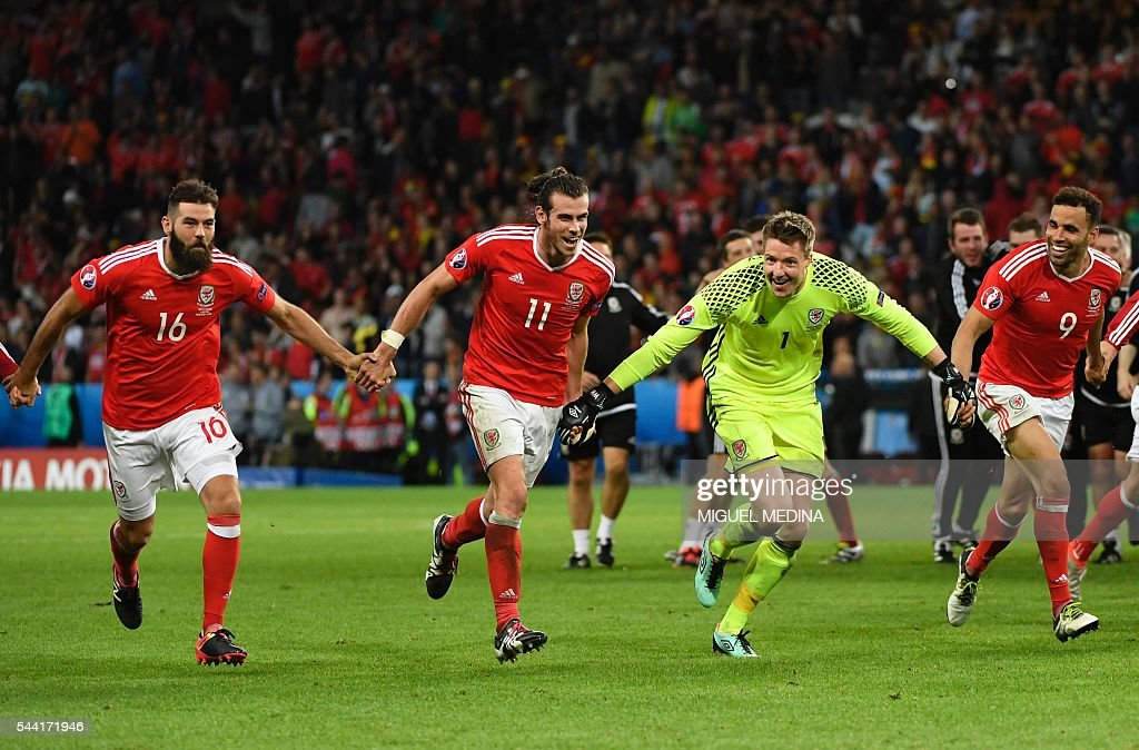 Wales' midfielder Joe Ledley, forward Gareth Bale, goalkeeper Wayne Hennessey and forward Hal Robson-Kanu celebrate at the end of the Euro 2016 quarter-final football match between Wales and Belgium at the Pierre-Mauroy stadium in Villeneuve-d'Ascq near Lille, on July 1, 2016. / AFP / MIGUEL