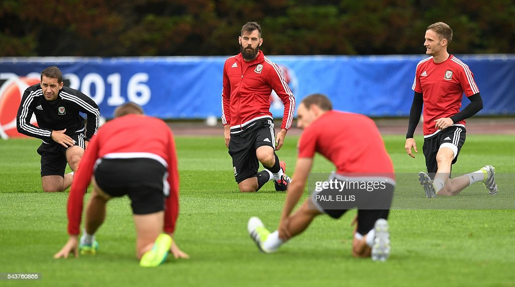Wales' midfielder Joe Ledley takes part in a training session in Dinard, France on June 30, 2016 during the Euro 2016 football tournament. Wales take on Belgium in Lille on July 1. / AFP / PAUL