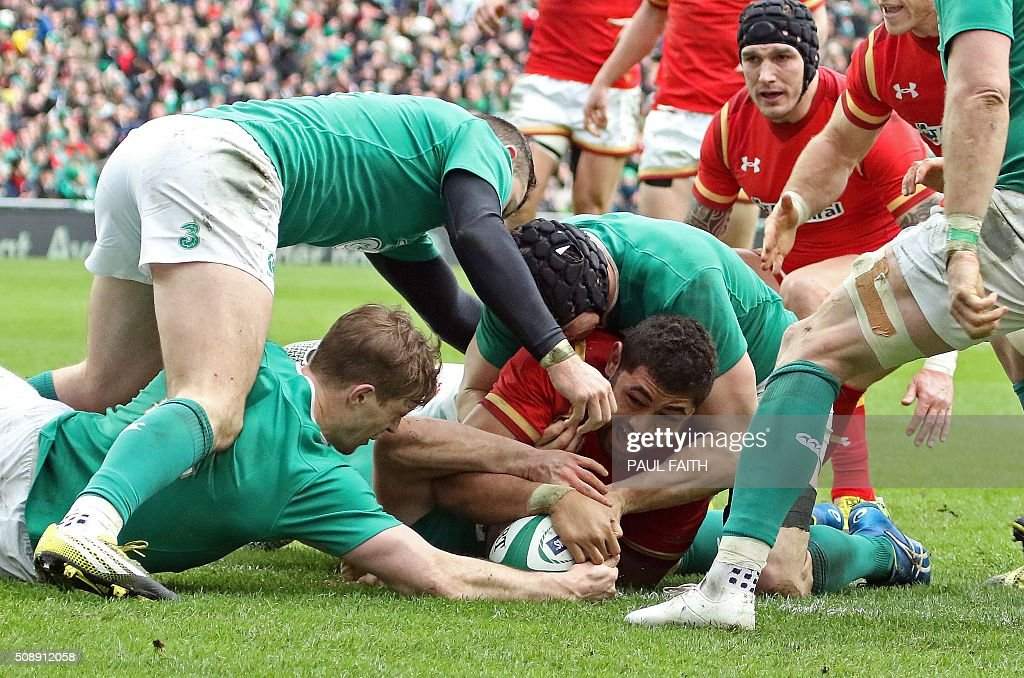 Wales' number 8 Taulupe Faletau (C) scores his team's first try during the Six Nations international rugby union match between Ireland and Wales at the Aviva Stadium in Dublin, Ireland, on February 7, 2016. / AFP / PAUL FAITH