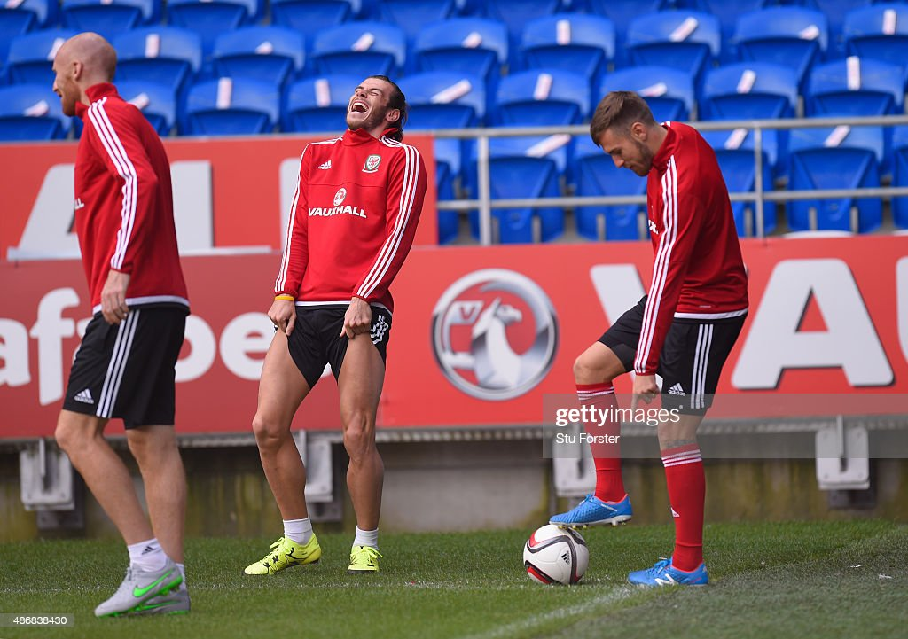 Wales player <a gi-track='captionPersonalityLinkClicked' href=/galleries/search?phrase=Gareth+Bale&family=editorial&specificpeople=609290 ng-click='$event.stopPropagation()'>Gareth Bale</a> shares a joke with team mates <a gi-track='captionPersonalityLinkClicked' href=/galleries/search?phrase=James+Collins+-+Joueur+de+football+gallois&family=editorial&specificpeople=15167252 ng-click='$event.stopPropagation()'>James Collins</a> and <a gi-track='captionPersonalityLinkClicked' href=/galleries/search?phrase=Aaron+Ramsey&family=editorial&specificpeople=4784114 ng-click='$event.stopPropagation()'>Aaron Ramsey</a> during Wales training ahead of their UEFA European Championship qualiifying game against Israel on September 5, 2015 in Cardiff, United Kingdom.