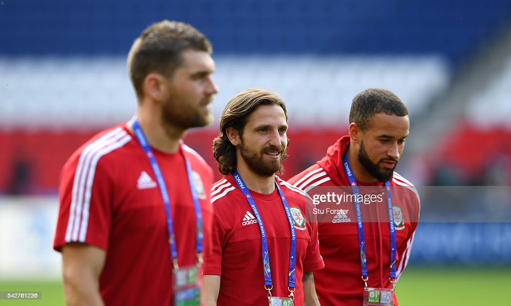 Wales player <a gi-track='captionPersonalityLinkClicked' href=/galleries/search?phrase=Joe+Allen+-+Welsh+Soccer+Player&family=editorial&specificpeople=9629091 ng-click='$event.stopPropagation()'>Joe Allen</a> (c) looks on during a Wales Open Session prior to their Euro 2016 match against Northern Ireland at Parc des Princes on June 24, 2016 in Paris, France.