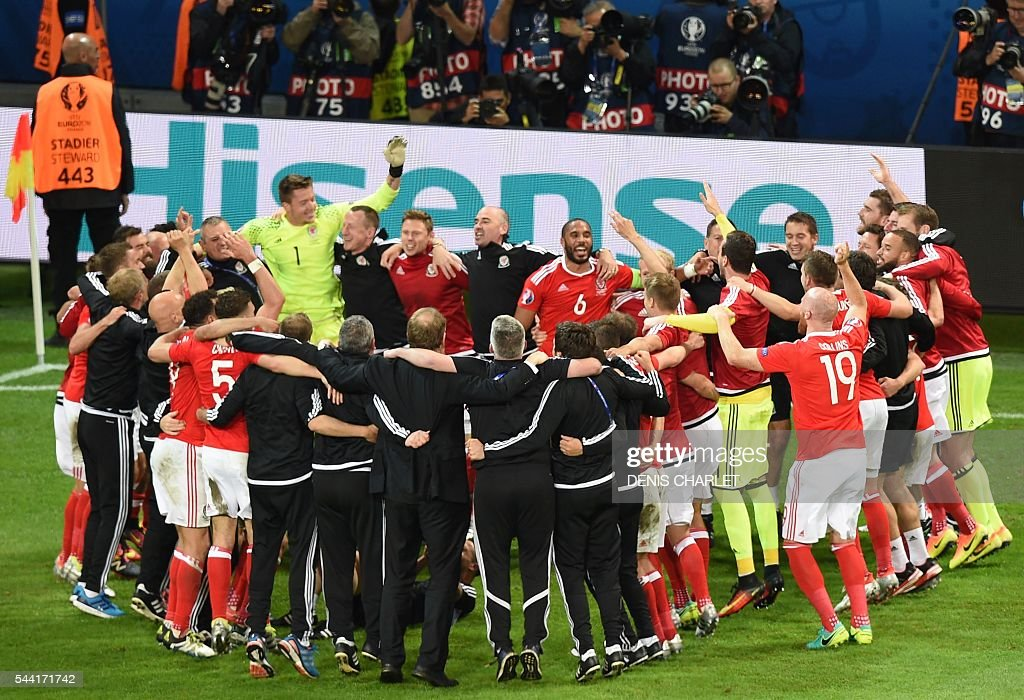Wales' players celebrate at the end of the Euro 2016 quarter-final football match between Wales and Belgium at the Pierre-Mauroy stadium in Villeneuve-d'Ascq near Lille, on July 1, 2016. / AFP / DENIS