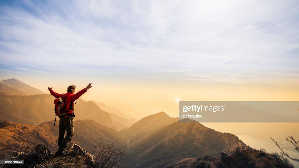 Walker randonneur homme au sommet de la montagne : Photo