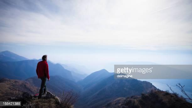 Walker scarpa da hiking uomo sulla cima della montagna