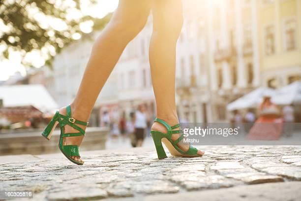 Marcher dans une rue pavée