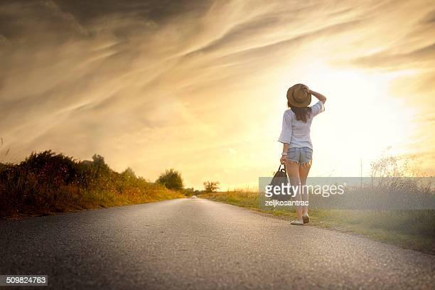 Jeune fille marche sur la route