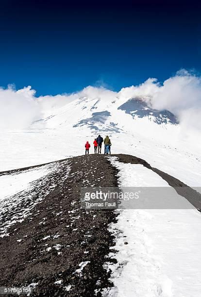 グループでのウォーキングエトナ山
